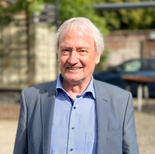Auf dem Bild ist Dietmar Essers-Hild, Rechtsanwalt aus Simmerath-Lammersdorf vor einem unscharfen Hintergrund zu sehen.